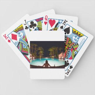 Paumes, piscine, femme et bière… jeu de cartes