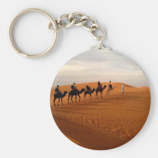 Paysage de désert de caravane de chameau beau porte-clé rond