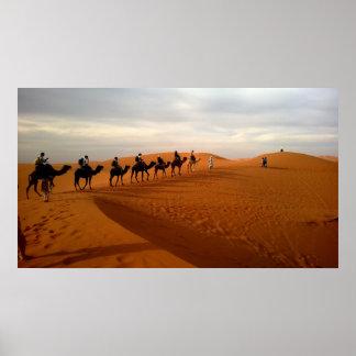 Paysage de désert de caravane de chameau beau poster