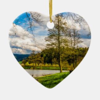 Paysage de forêt de lac ornement cœur en céramique