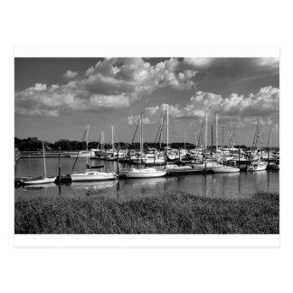 Paysage de marina de voilier en noir et blanc carte postale