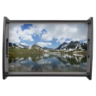 Paysage de montagne : lac, nuage, ciel bleu plateaux de service