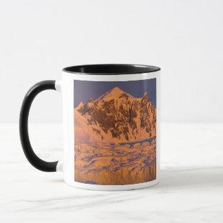 paysage glaciaire gelé de montagne le long de mug
