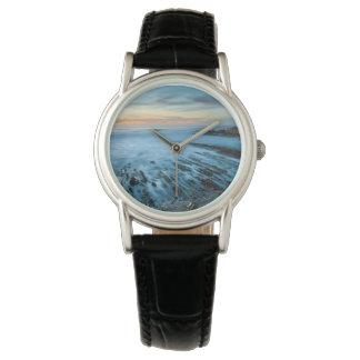 Paysage marin bleu au coucher du soleil, la montre