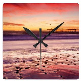 Paysage marin et pilier au coucher du soleil, CA Horloge Carrée