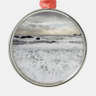 Paysage marin mousseux pâle d'océan, Islande Ornement Rond Argenté