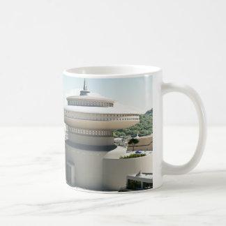 Paysage urbain futuriste de la science fiction mug