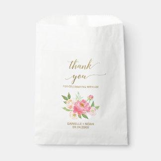 Pêche et fleurs roses de pivoine épousant des sacs