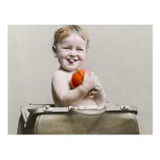 Pêche mignonne de bébé affamé petite dans le cru carte postale