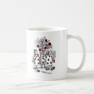 Peignant les roses rouges mug