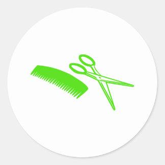 Peigne et ciseaux - coiffeur autocollant rond