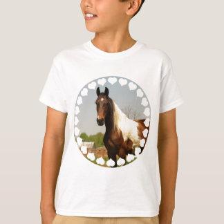 Peignez le T-shirt de l'enfant de cheval