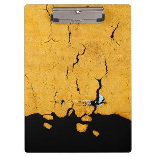 Peinture jaune criquée de route
