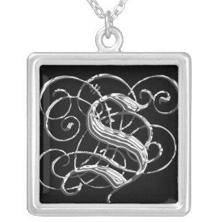 Pendentif argenté noir S d'initiale de monogramme