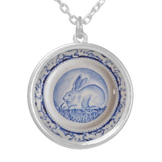 "Pendentif bleu et blanc"" de lapin bleu de ""Dedham"