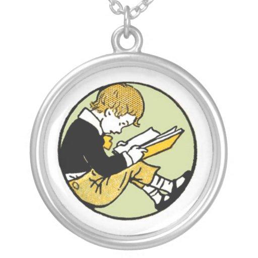 Pendentif vintage de lecture d'enfant