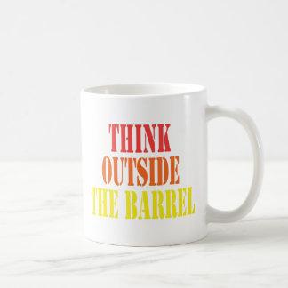 Pensez en dehors du baril mug