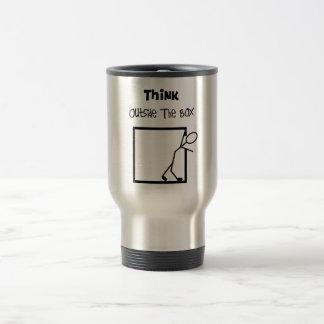 """""""Pensez T-shirts en dehors de boîte"""" Tasse À Café"""