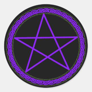 Pentagramme pourpre sur le noir sticker rond