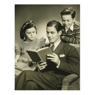 Père lisant au fils carte postale