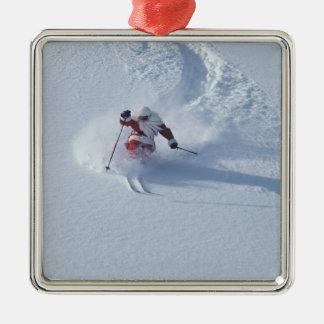 Père Noël skiant à la station de sports d'hiver de Ornement Carré Argenté