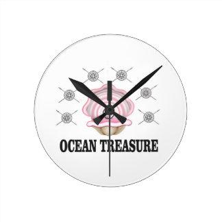 perle de trésor d'océan horloge ronde