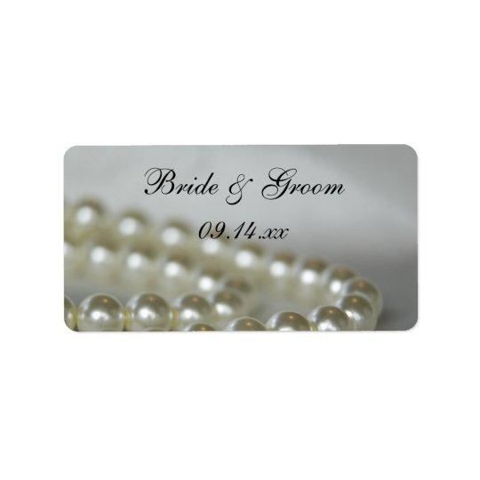 Perles blanches épousant des étiquettes de faveur
