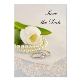 Perles blanches et anneaux de tulipe épousant des carton d'invitation  12,7 cm x 17,78 cm