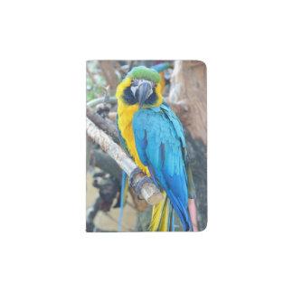 Perroquet coloré d'ara sur l'arbre protège-passeport