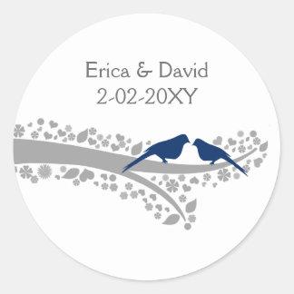 perruches de bleu marine d'arbre épousant des sticker rond