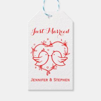 Perruches de rouge juste et noce mariées de coeur étiquettes-cadeau