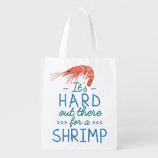 Personnes courtes drôles dur là pour une crevette sacs d'épicerie