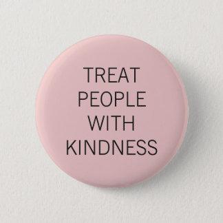 Personnes roses de festin avec la gentillesse badges
