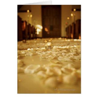 Pétales de fleur sur le plancher de l'église carte de vœux