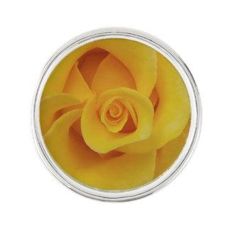 Pétales de rose jaunes romantiques pin's