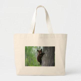 Petit animal d'ours dans l'arbre sacs