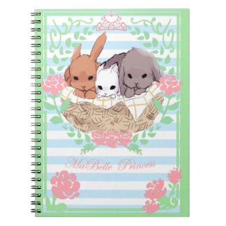petit blanc/bleu de carnet de lapins de trio