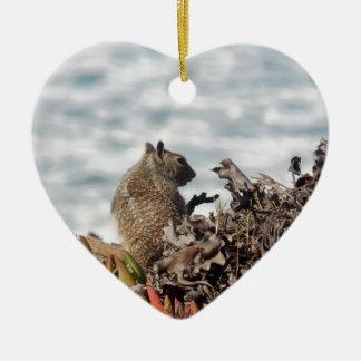 Petit écureuil ornement cœur en céramique