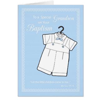 Petit-fils, costume de baptême sur des bleus carte de vœux
