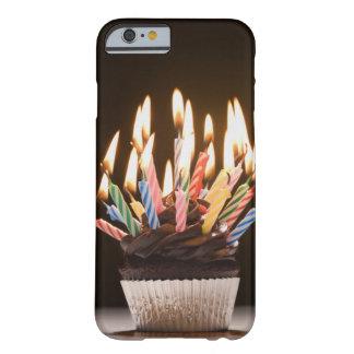 Petit gâteau avec des bougies d'anniversaire coque barely there iPhone 6