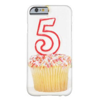 Petit gâteau avec une bougie numérotée 8 coque barely there iPhone 6