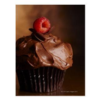 Petit gâteau de chocolat avec un écrimage de cartes postales