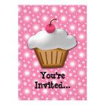 Petit gâteau de coupe-circuit avec la cerise rose  invitation personnalisée