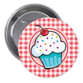 Petit gâteau mignon sur le guingan rouge et blanc badges