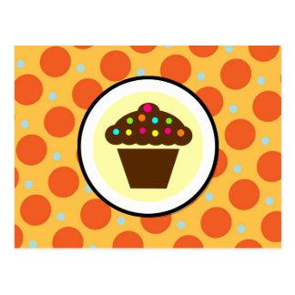 Petit gâteau mignon sur le pois jaune bleu orange carte postale