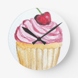 Petit gâteau rose avec la cerise horloge ronde