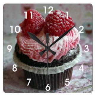 Petit gâteau rose de framboise horloge carrée