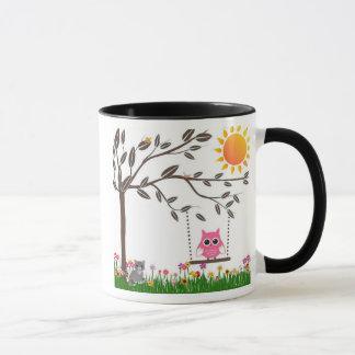 Petit hibou rose balançant sur une branche d'arbre mug