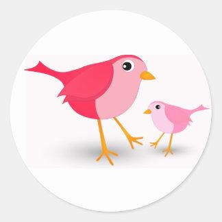 Petit oiseau rose de mère et son autocollant rond