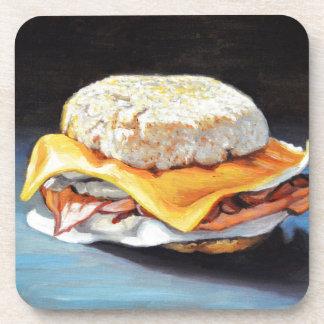 Petit pain anglais de jambon, d'oeufs et de dessous-de-verre